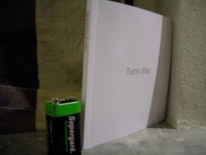 """Il tomo """"Tutto Mac"""" a confronto con una comune pila da 9 volt"""